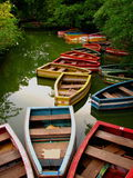 Leeren Sie farbige hölzerne Boote lizenzfreie stockfotos
