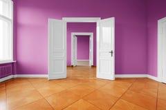 Leeren Sie flaches neues erneuert mit farbigen Wänden - Wohnungserneuerung stockfoto