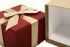 Leeren Sie geöffneten Geschenkkasten mit einem Farbbandhintergrund Stockbild