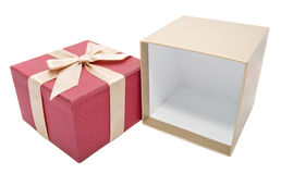 Leeren Sie geöffneten Geschenkkasten mit einem Goldfarbenfarbband lizenzfreies stockbild