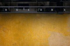 Leeren Sie gelbe Wand mit Licht für Ausstellungsraum Lizenzfreie Stockbilder