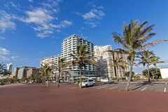 Leeren Sie gepflasterte Promenade gegen Stadt-strandnahe Skyline Lizenzfreie Stockbilder