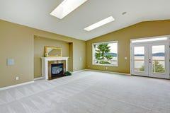Leeren Sie geräumiges Wohnzimmer mit Arbeitsniederlegungsplattform und -kamin Lizenzfreie Stockfotografie