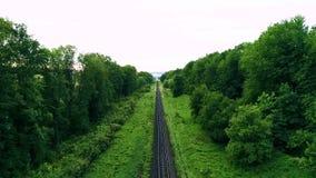 Leeren Sie gerade Einzelweiseneisenbahnen am sonnigen Tag des Sommers endlose Eisenbahn ohne Zug Schießenbrummen stock video footage