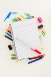 Leeren Sie gezeichnete Seite des Notizblockes mit blauem Stift über Schule oder Büroartikel: Bleistifte, Klipp, Radiergummi Stockfotografie