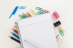 Leeren Sie gezeichnete Seite des Notizblockes mit blauem Stift über Schule oder Büroartikel: Bleistifte, Klipp, Radiergummi Stockbild