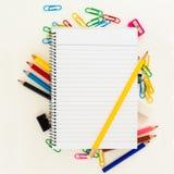 Leeren Sie gezeichnete Seite des Notizblockes mit gelbem Bleistift über Schule oder Büroartikel: Bleistifte, Klipp, Radiergummi Stockfotos