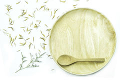 Leeren Sie hölzerne Platte mit Blume und dem Blumenblatt auf weißem Hintergrund Lizenzfreie Stockfotografie
