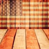 Leeren Sie hölzerne Plattformtabelle über USA-Flaggenhintergrund. Unabhängigkeitstag, 4. von Juli-Hintergrund Stockfoto