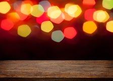 Leeren Sie hölzerne Spitzentabelle und unscharfes buntes bokeh Licht backgrou Stockfotos
