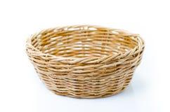 Leeren Sie hölzernen Frucht- oder Brotkorb auf weißem Hintergrund Lizenzfreie Stockfotos