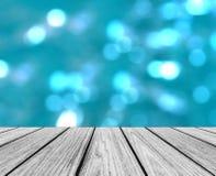 Leeren Sie hölzerne Perspektiven-Plattform mit dem funkelnden abstrakten bunten runden hellen Bokeh-Kreis-Hintergrund, der als Sc Stockfoto