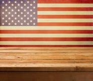 Leeren Sie hölzerne Plattformtabelle über USA-Flaggenhintergrund. Unabhängigkeitstag, 4. von Juli-Hintergrund. Stockfotos
