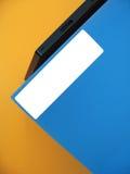 Leeren Sie Kennsatz auf blauem Faltblatt Lizenzfreies Stockfoto