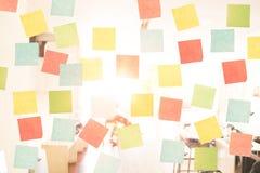 Leeren Sie klebrige Anmerkung über Fenster im Büro stockfotos