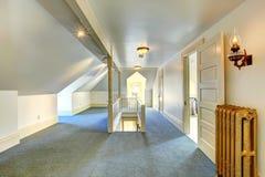 Leeren Sie oben Raum mit Treppenhaus Stockfotos