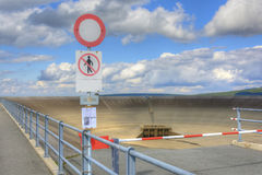Leeren Sie obere Verdammung des pumpenden Wasserkraftwerks in Stockfotos
