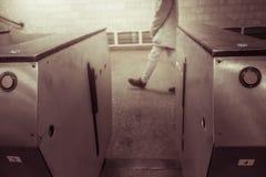 Leeren Sie offene Drehkreuze in der Metrostation Eingang zur U-Bahn lizenzfreies stockfoto