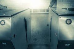 Leeren Sie offene Drehkreuze in der Metrostation Eingang zur U-Bahn lizenzfreie stockbilder