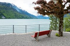 Leeren Sie roten Stuhl und gestalten Sie von Brienz-Stadt in der Schweiz landschaftlich Lizenzfreies Stockbild