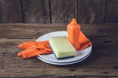 Leeren Sie saubere Platten und Schale mit Abwaschflüssigkeit, Schwämme, Unebenheit Stockfotos