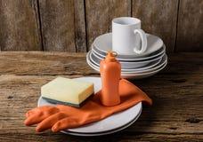Leeren Sie saubere Platten und Schale mit Abwaschflüssigkeit, Schwämme, Unebenheit Lizenzfreie Stockfotos