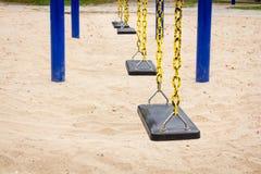 Leeren Sie Schwingen auf Kinderspielplatz stockfotografie