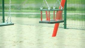 Leeren Sie Schwingen auf Spielplatz stock footage