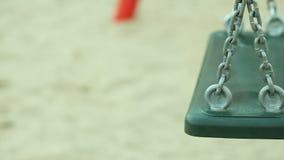 Leeren Sie Schwingen auf Spielplatz Volles HD mit motorisiertem Schieber 1080p stock footage