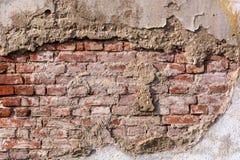 Leeren Sie sehr alte Wandbeschaffenheit des roten Backsteins Gemalte beunruhigte Wand-Oberfläche stockfotografie