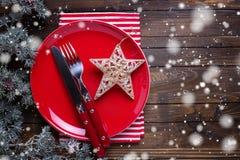 Leeren Sie sich spät, Messer und Gabel, Serviette und Weihnachtsdekorationen herein Stockfoto