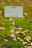 Leeren Sie sich unterzeichnen herein Herbstpark Stockfoto