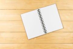 Leeren Sie sich vom Buch auf hölzerner Tabelle Kopieren Sie Platz Spitzenwinkel Lizenzfreie Stockfotografie