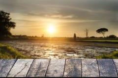 Leeren Sie sich von der hölzernen Schreibtischraumstation und vom leeren Landwirtschaftsfeld lizenzfreies stockfoto