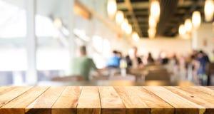 Leeren Sie sich von der hölzernen Tischplatte, die an von den Leuten in der Kaffeestube verwischt wird Lizenzfreie Stockfotografie