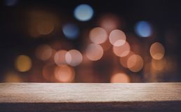 Leeren Sie sich von der hölzernen Tischplatte mit unscharfem hellem Gold-bokeh Lizenzfreies Stockfoto