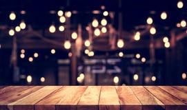 Leeren Sie sich von der hölzernen Tischplatte mit unscharfer heller Gold-bokeh Zusammenfassung Lizenzfreies Stockfoto