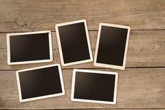 Leeren Sie sofortiges Papierfotoalbum auf hölzerner Tabelle stockfotografie