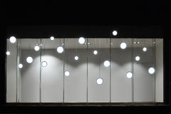 Leeren Sie Speicheranzeigenfenster mit geführten Glühlampen, LED-Lampe, die im Shopfenster, Handelsdekoration benutzt wird Lizenzfreies Stockbild