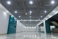 Leeren Sie Speicherinnenraum des modernen Handelseinkaufszentrums stockfotos