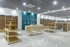 Leeren Sie Speicherinnenraum des Supermarktes stockbild