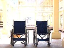 Leeren Sie Stand mit zwei den Standardrollstühlen, der am Mittag Innen ist Stockfotos