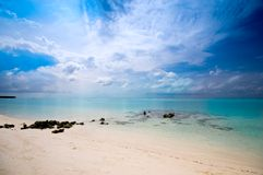 Leeren Sie Strand mit buntem Himmel lizenzfreie stockfotos