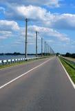 Leeren Sie ukrainische Landschaftstraße und einen großen Himmel Stockbilder