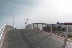 Leeren Sie verbogene Fußgängerbrücke mit Fußweg in den Barcelona-Forumdi lizenzfreie stockfotos