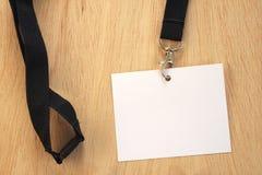 Leeren Sie weiße Karte auf schwarzer Handelsmesseabzugsleinenschablone Stockfoto