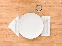 Leeren Sie weiße Platte, Gabel, leere weiße Platte, Gabel, Messer und Löffel auf wooknife und Löffel auf hölzernem Hintergrund, W Stockfotografie