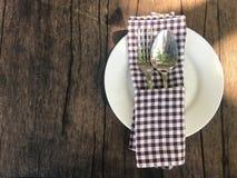 Leeren Sie weiße Platte mit Tafelsilber, Löffel und Gabel und braunes scot Stockbild