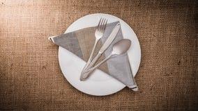 Leeren Sie weiße Platte und Löffel, Gabel, Messer, Serviette Lizenzfreie Stockbilder