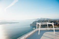 Leeren Sie weißen Bogen für die Hochzeitszeremonie auf der Insel von Santorini mit Blick auf das blaue Meer, Himmel, Inseln Stockbild